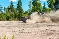 Le char de bataille vont épousseter au sol Photo stock