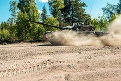 Le char de bataille vont épousseter sur un chemin forestier Photos libres de droits