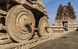 Le char en pierre roule - le temple Hampi de Vtittala image libre de droits