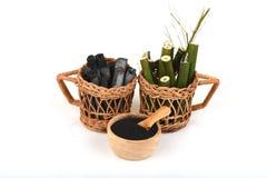 Le charbon de bois en bambou a brûlé et frais en bambou dans la poudre de panier et de charbon de bois de bambou Photo libre de droits