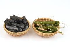Le charbon de bois en bambou a brûlé et frais en bambou dans le panier Images stock