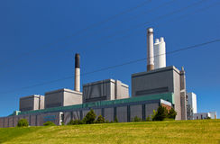 Le charbon a rempli de combustible le bâtiment de station de génération de centrale de l'électricité Images libres de droits