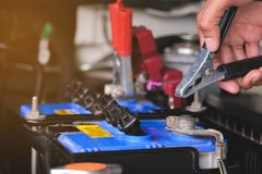 Le chargement de batterie câble la puissance de transfert, homme appelant au service de mécanicien de voiture photographie stock