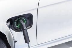 Le chargeur de voiture électrique a branché à la prise Photo libre de droits