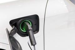 Le chargeur de voiture électrique a branché à la prise Photographie stock libre de droits