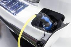 Le chargeur de voiture électrique branché Image libre de droits