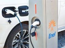 Le chargeur de voiture électrique d'Enel a branché à la prise Photo libre de droits