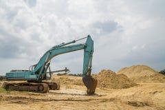 Le chargeur fonctionne dans le chantier de construction photos libres de droits