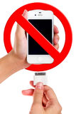 Le chargeur se tenant femelle de port USB se relient au téléphone intelligent images stock