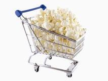 Le chariot à achats a rempli de maïs éclaté Photos stock