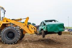 Le chariot élévateur évacue la voiture de figth image stock
