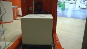 Le chariot élévateur autonome robotique industriel par la solution déplace la palette des marchandises clips vidéos