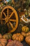 Le chariot avec des potirons moissonnent et font les foins pour la célébration de thanksgiving images libres de droits