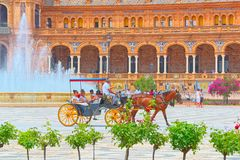 Le chariot avec des touristes sur la place de l'Espagne est à angle droit établi dans 192 Photo libre de droits