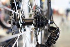 Le chariot avec la roue arrière à chaînes folâtre le vélo de montagne Photos libres de droits