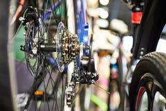 Le chariot avec la roue arrière à chaînes folâtre le vélo de montagne Image stock