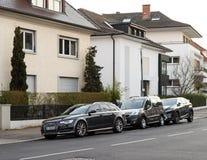 Le chariot d'AUDI, la voiture et le Lexus Luxury SUV de Peugeot se sont garés Image libre de droits