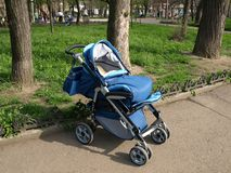 Le chariot de marche des enfants. Photographie stock libre de droits