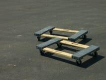 Le chariot de Wodden au sol au chantier de construction Images stock