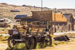 Le chariot en bois avec du fer roule dedans la ville fantôme de la Californie Photos stock