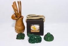 Le chariot et la boîte avec des amulettes et des outils de thé images libres de droits