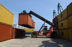 Le chariot gerbeur déménage des conteneurs Photographie stock libre de droits