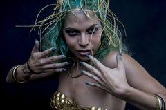 Le charme, femme latine avec les cheveux verts et diadème d'or, porte un Han Photo libre de droits