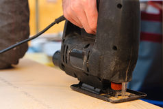 Le charpentier avec électrique a vu Images libres de droits
