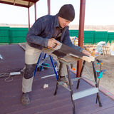 Le charpentier avec a vu extérieur photos libres de droits