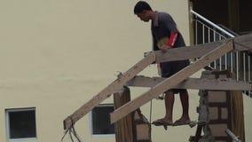 Le charpentier démolissent des bottes de toit avec le marteau clips vidéos