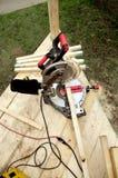 le charpentier de construction usine la scie rotatoire Images libres de droits