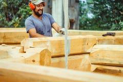 Le charpentier dessine sur un arbre image libre de droits