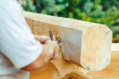 Le charpentier dessine sur un arbre images libres de droits