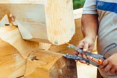 Le charpentier dessine sur un arbre image stock