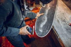 Le charpentier employant la circulaire a vu pour couper les conseils en bois images libres de droits