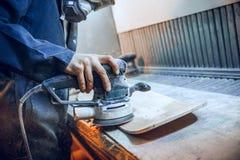 Le charpentier employant la circulaire a vu pour couper les conseils en bois image libre de droits