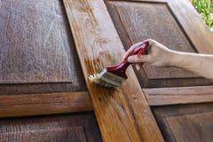 Le charpentier est de belles portes en bois peintes Images libres de droits