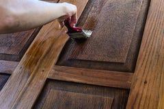 Le charpentier est de belles portes en bois peintes Photos libres de droits
