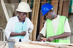 Le charpentier et son apprenti photos libres de droits