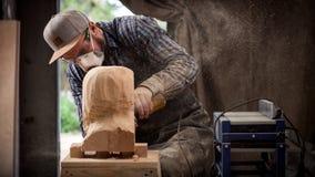 Le charpentier expérimenté a vu la sculpture Images libres de droits