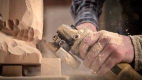 Le charpentier expérimenté a vu la sculpture Photo libre de droits
