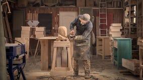 Le charpentier expérimenté a vu la sculpture Photographie stock libre de droits