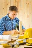 Le charpentier fait l'esquisse Photo stock