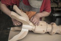 Le charpentier fait une table avec les jambes découpées photographie stock libre de droits