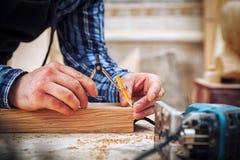 Le charpentier marque en bois images libres de droits