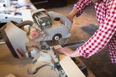 Le charpentier principal scie la machine de scie circulaire de conseil, fraise-mère de concept Photographie stock