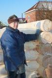 Le charpentier produit le log-house images stock