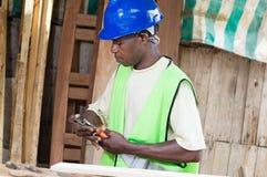 Le charpentier s'chargent du son matériel photo libre de droits