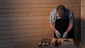 Le charpentier supérieur serrent la vis banque de vidéos