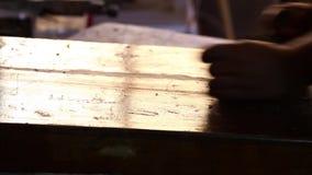 Le charpentier travaille au morceau de bois clips vidéos
